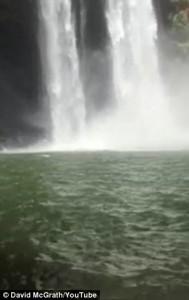 Guarda la versione ingrandita di YOUTUBE Si butta da cascata alta 50 metri: salvato da due turisti