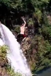 Si butta da una delle cascate più alte del mondo: salvato da due turisti555