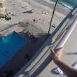 Si lancia in piscina dal tetto di casa 2