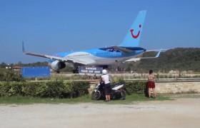 YOUTUBE Skiathos, Boeing sta per alzarsi in volo: mai parcheggiare dietro…