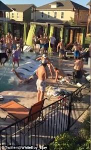 Texas, mega rissa in piscina tra turisti britannici6