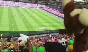 Guarda la versione ingrandita di YOUTUBE-FOTO Tifosi Feyenoord lanciano peluche