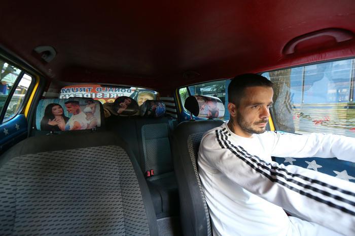 Tirana, tassista tappezza auto con foto Donald Trump