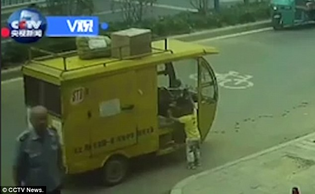 Tuk tuk incustodito in Cina: bimbo di tre anni sale e...3
