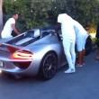 uole impressionare ragazza, va a sbattere con la Porsche3