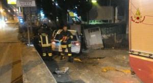 Osimo, auto contro centralina metano: famiglie evacuate per perdita gas