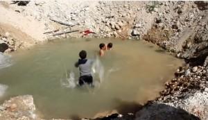 VIDEO YOUTUBE Aleppo, il cratere della bomba diventa piscina per i bimbi