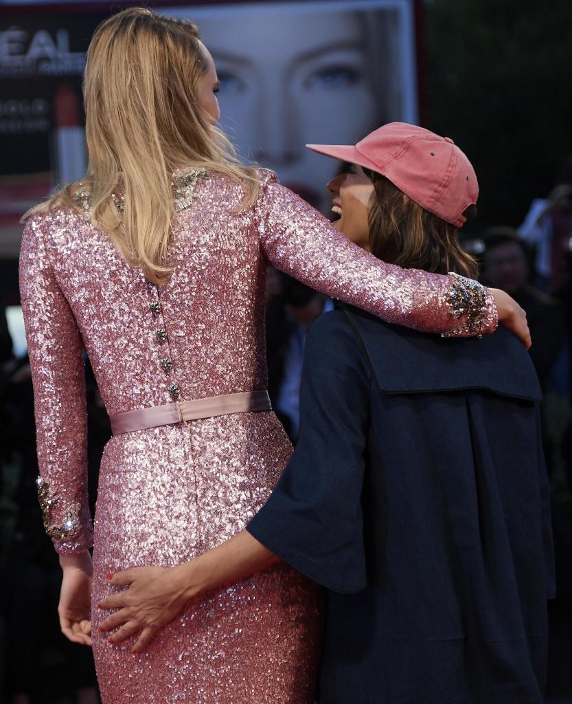 Mostra Cinema Venezia FOTO: palpatina della regista all'attrice (Ana Lily Amirpour e Suki Waterhouse)