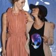 Mostra Cinema Venezia FOTO: palpatina della regista all'attrice (Ana Lily Armirpour e Suki Waterhouse).