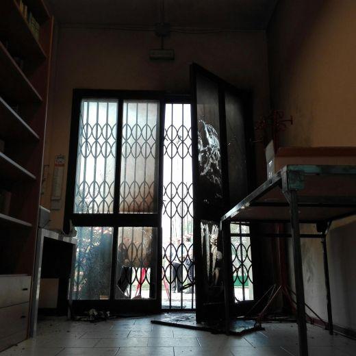 Modena, attentato alla sede Pd: bombole di gas esplodono FOTO