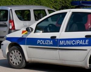 Parcheggia in sosta vietata: multato, riga l'auto dei vigili
