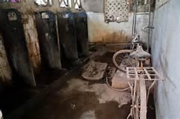 Un fatiscente bagno indiano