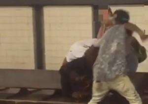 Molestano ragazza nella stazione metro e picchiano fidanzato 3