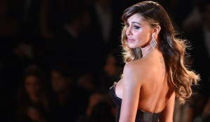 "VIDEO YOUTUBE Belen arriva in ritardo, ""rimbalzata"" sul red carpet di Venezia"