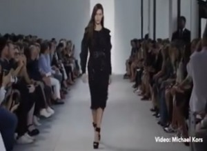 VIDEO YOUTUBE Bella Hadid cade in passerella durante sfilata Michael Kors