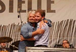Guarda la versione ingrandita di Beppe Grillo abbraccia Davide Casaleggio FOTO. Parte M5s 2.0 (foto Ansa)