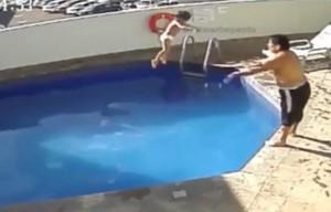 YOUTUBE Annegò figliastra di 3 anni in piscina: condannato a 100 anni