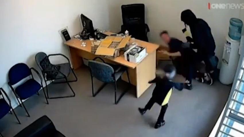 VIDEO YOUTUBE Bimba di 6 anni affronta il ladro armato di ascia