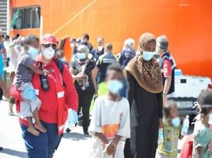 Brindisi: somala partorisce in fila durante sbarco. Bimbo italiano