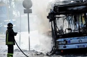 Roma, bus Atac va a fuoco: passeggeri in fuga