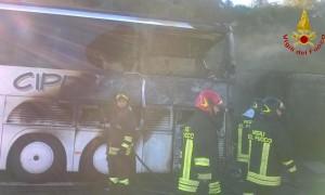 Guarda la versione ingrandita di A16, bus in fiamme: era pieno di pellegrini verso San Giovanni Rotondo