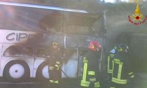A16, bus in fiamme: era pieno di pellegrini verso San Giovanni Rotondo
