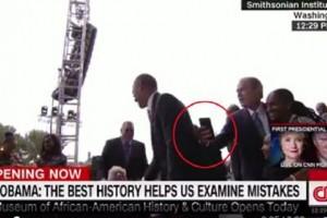 Guarda la versione ingrandita di Barack, mi fai un selfie?