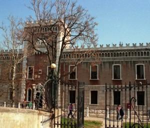 Guarda la versione ingrandita di Venezia, carcerato cala lenzuolo per prendere misterioso pacco: armi?