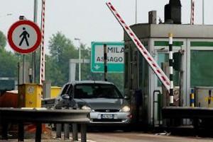 A4, Tir travolge auto a casello e scappa: due morti