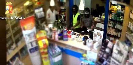 Catania, rapinavano farmacie col casco: arrestati