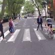 """YOUTUBE Pedone contro ciclista, quasi rissa: """"Ti devi fermare, è la legge!""""01"""