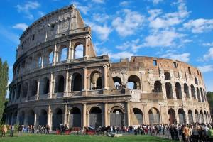 Roma, paura al Colosseo: minaccia i passanti con un coltello