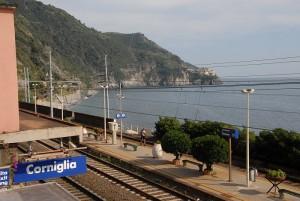Corniglia (La Spezia), punkabbestia aggrediscono capotreno: picchiati dai passeggeri