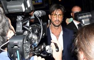 """Fabrizio Corona non torna in carcere. """"Reati perché si drogava"""""""