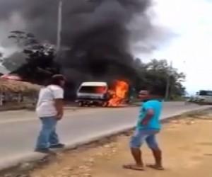 Costa Rica, camioncino in fiamme esplode: gente scappa via