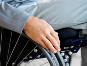 Roma. Badante minaccia disabile: lui fugge contromano con carrozzina