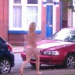 """Doncaster, donna senza vestiti in strada: """"Ho amore nel mio cuore"""" FOTO"""
