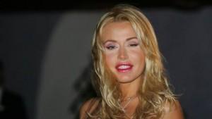 Valeria Marini aggredita da stalker fuori da aeroporto Bari: cade, è sotto shock