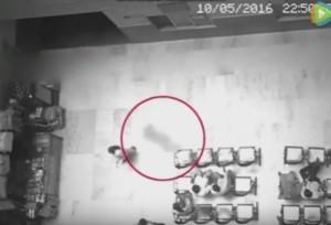 Guarda la versione ingrandita di YOUTUBE Fantasma in Cina? Misteriosa ombra