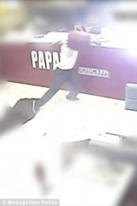Guarda la versione ingrandita di YOUTUBE Entra in fast food a Londra, picchia e accoltella cliente e scappa