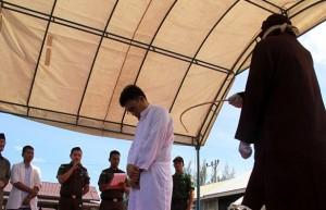Indonesia, coppia di amanti punita secondo la sharia: presi a frustate