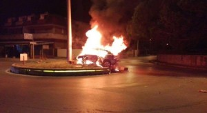 Guarda la versione ingrandita di Schianto contro la rotonda, auto prende fuoco: morto carbonizzato