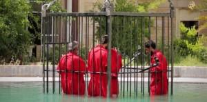 Isis uccide 8 prigionieri curdi facendoli annegare in una gabbia in piscina