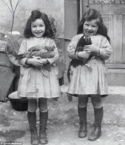 Guarda la versione ingrandita di Denise e Micheline, gemelline uccise dai nazisti. Ora le loro bambole gemelle... FOTO