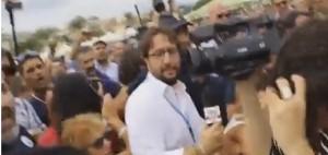 Il momento in cui la giornalista viene aggredita