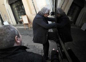 """YOUTUBE Beppe Grillo braccato dai giornalisti: """"Siete violenti!"""""""