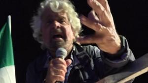 """Beppe Grillo """"espelle"""" Pizzarotti con le nuove regole M5S. Oggi voto online"""