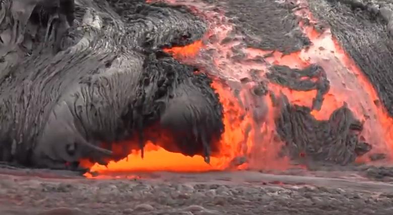 Hawaii, colata lava vulcano Kilauea in mare: spettacolo della natura