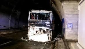 Incendio su bus in autostrada A24: salvi i 38 passeggeri