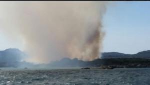 La Maddalena, incendio in spiaggia: 150 turisti salvati